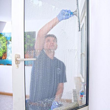 Fensterreinigung durch den Fensterputzer Regensburg in privaten Haushalten immer mit Rahmen und Fensterbank sowie auch Rollo und Jalousien.